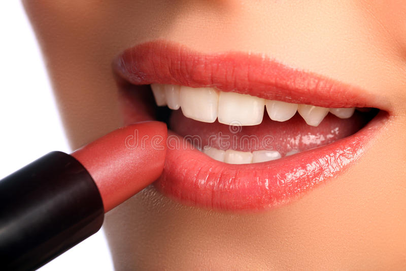 applicera läppstift för skönhetskönhetsmedelkanter till kvinnan arkivbild