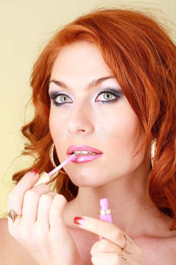 applicera läppstiftkvinnan arkivfoto