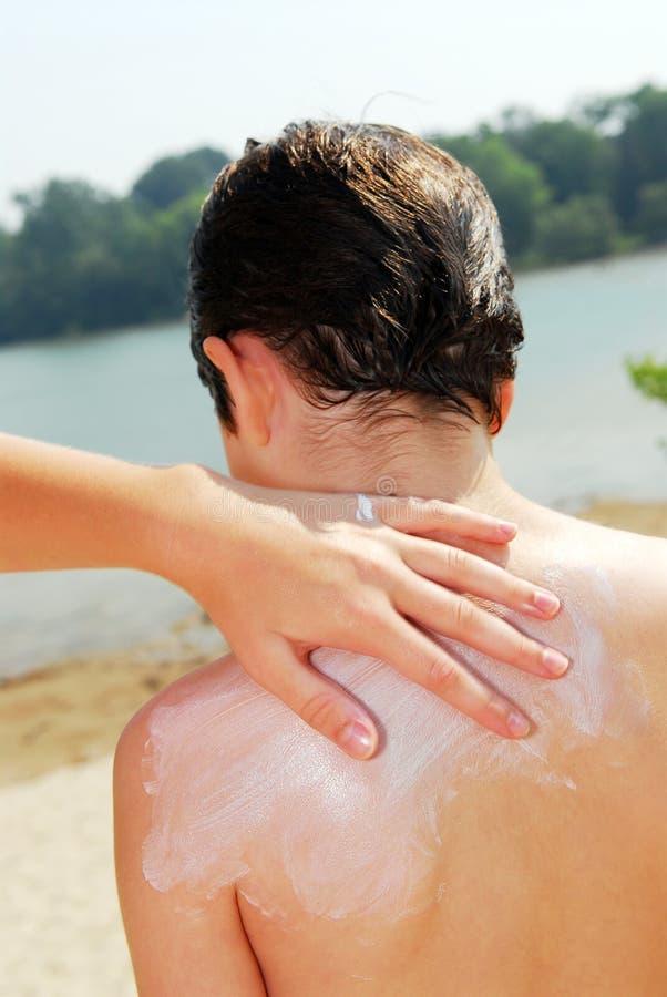 applicera sunscreen royaltyfria bilder