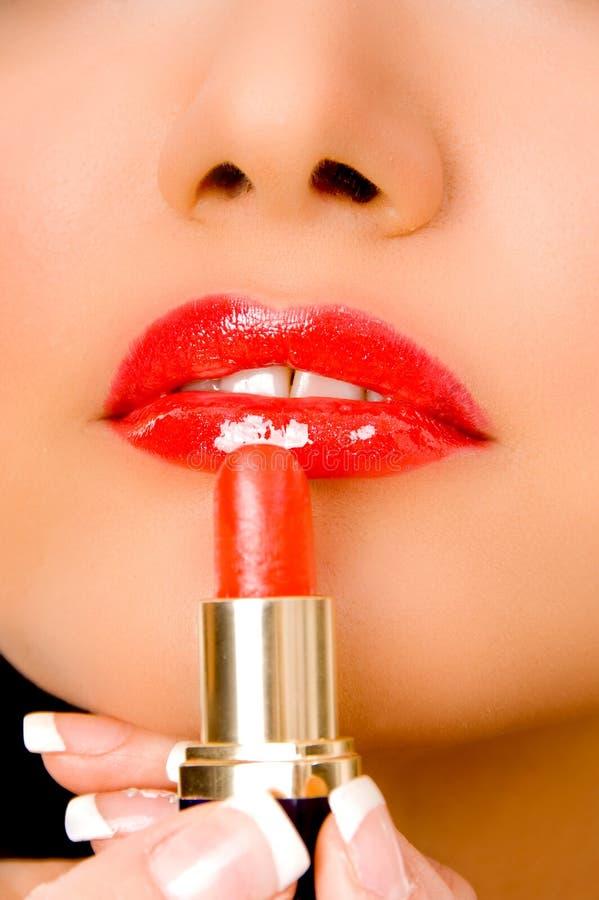 applicera upp täta läppstift för beautician arkivfoton