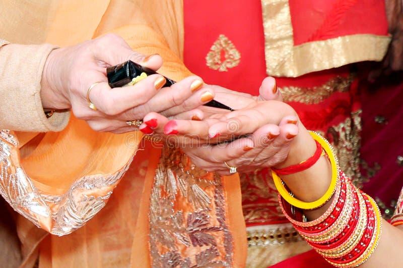 applicerad brud som får henna indiskt bröllop royaltyfri bild