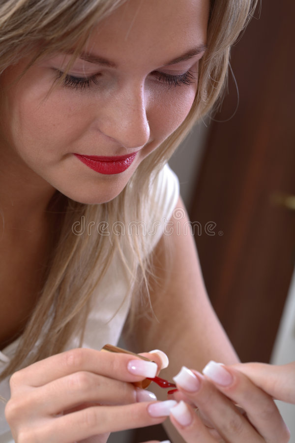 applicerar manicuristen spikar polermedel royaltyfria foton