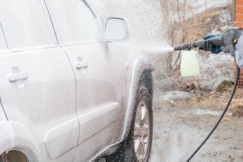 Applichi la schiuma all'automobile Pena l'automobile Chimica per l'automobile fotografia stock