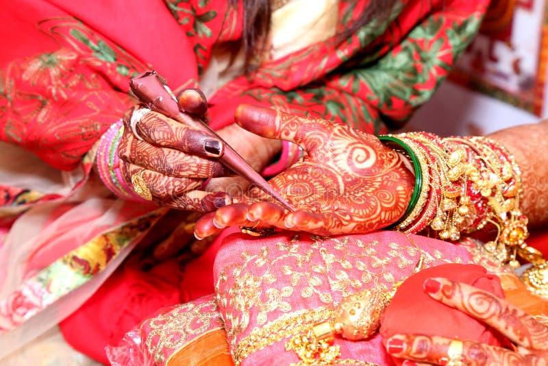 Applikation av henna som hudgarnering i indiskt bröllop, arkivbild