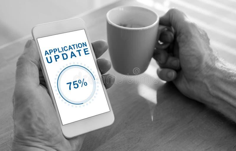 Applikationuppdateringbegrepp på en smartphone royaltyfria bilder