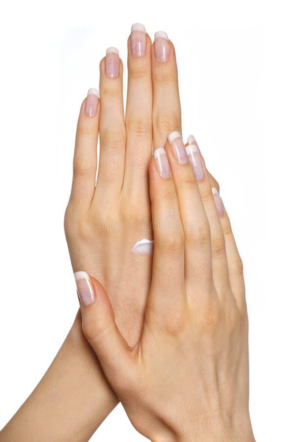appliquant les mains crèmes son femme images libres de droits