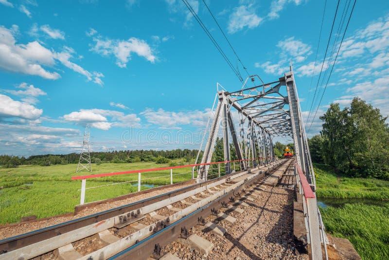 Appoach товарного состава к железнодорожному мосту стоковое изображение