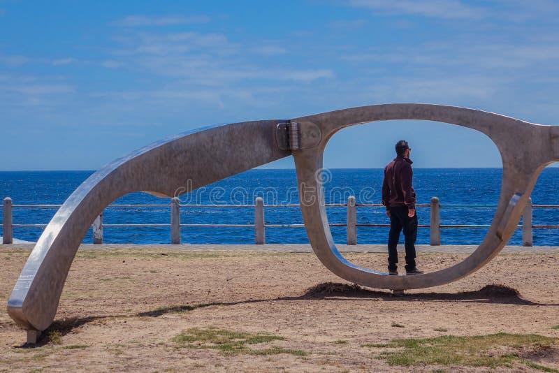 Appollaiato nella scultura della passeggiata fotografia stock libera da diritti