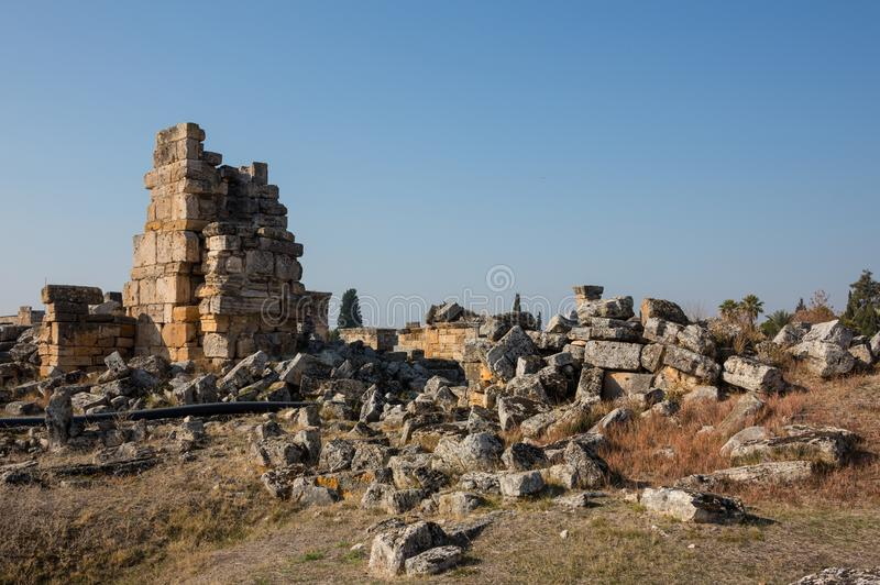 Appollo寺庙废墟有堡垒的后面的在古老科林斯湾,伯罗奔尼撒,希腊 库存图片
