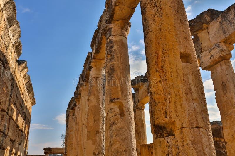 Appollo寺庙废墟有堡垒的后面的在古老科林斯湾,伯罗奔尼撒,希腊 免版税图库摄影