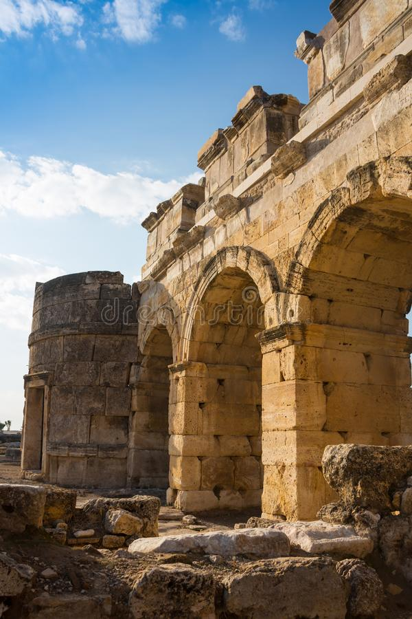 Appollo寺庙废墟有堡垒的后面的在古老科林斯湾,伯罗奔尼撒,希腊 免版税库存图片