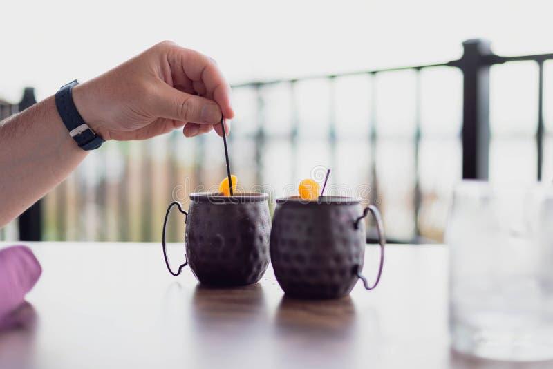 Appréciant des cocktails dehors un jour d'été image stock