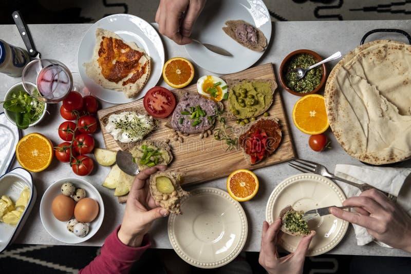 Appréciant le dîner ensemble photo stock