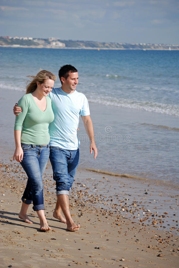 Appréciant le jour à l'extérieur à la plage photos stock