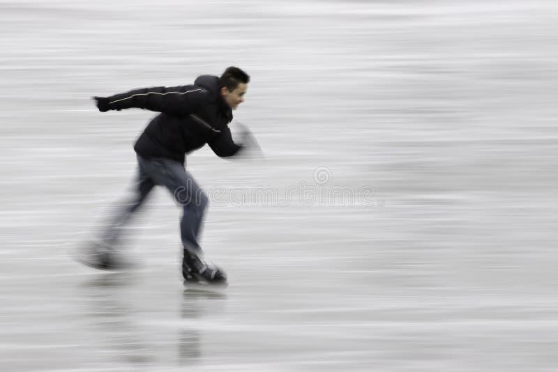 appréciant le patinage de glace prompt photo libre de droits