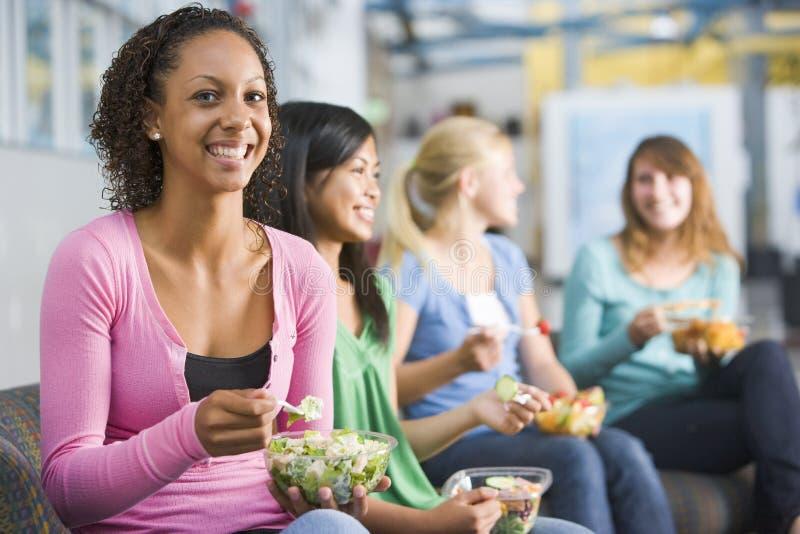 appréciant les déjeuners sains de filles d'adolescent ensemble photos libres de droits
