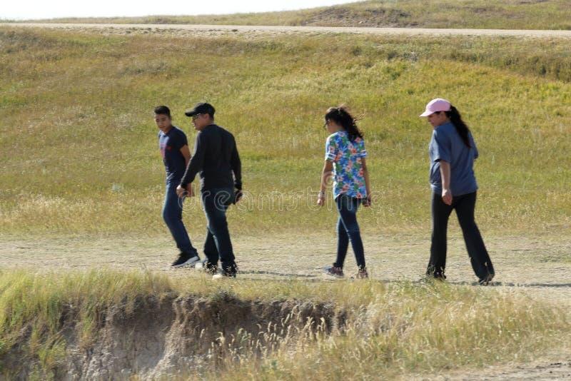Apprécier de famille de la hausse dans les bad-lands parc national, le Dakota du Sud image stock