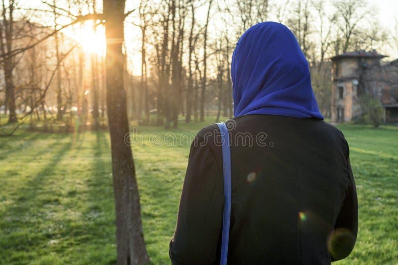 Apprécier de femmes de Musim extérieur au coucher du soleil images libres de droits