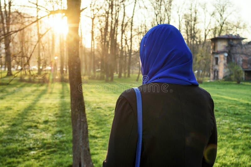 Apprécier de femmes de Musim extérieur au coucher du soleil photographie stock libre de droits