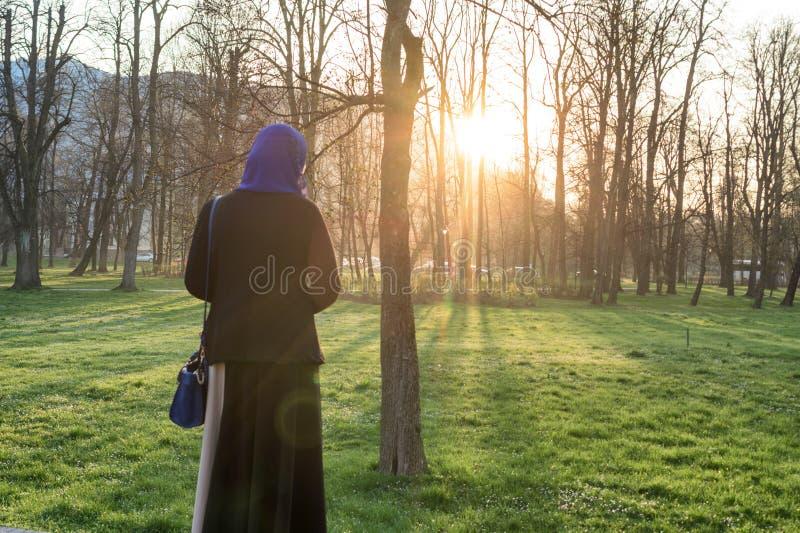 Apprécier de femmes de Musim extérieur au coucher du soleil photos stock
