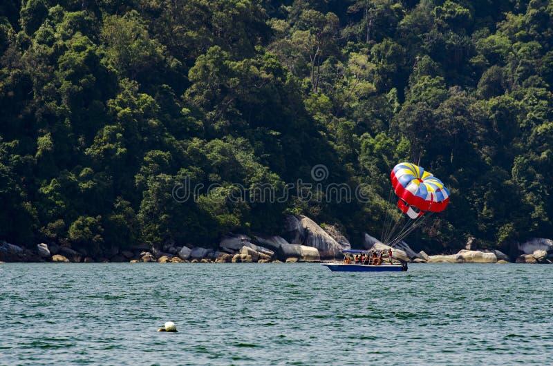 Apprécier de touristes non identifié avec le parachute ascensionnel à l'île de Pangkor photographie stock libre de droits