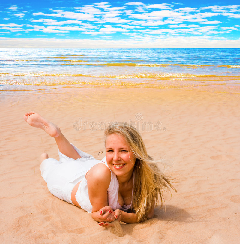 Download Apprécier l'été de fille photo stock. Image du océan, bleu - 8673130