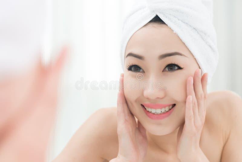 Apprécier la belle peau claire image libre de droits