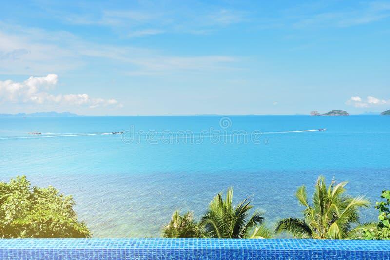 Apprécier la belle vue de mer à l'hôtel de luxe photos stock
