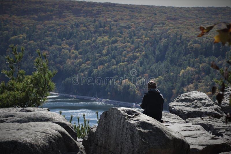 Apprécier la paix et apaiser sur Rocky Outcrop photographie stock libre de droits