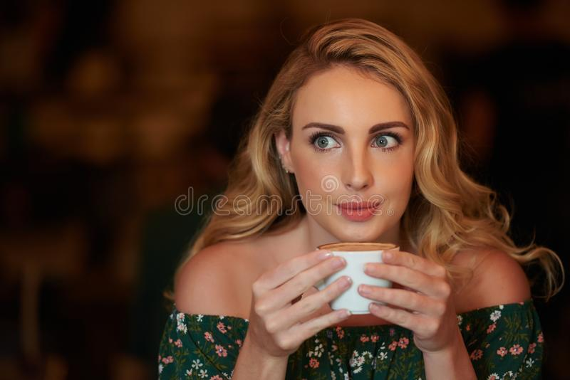 Apprécier le cappuccino photographie stock libre de droits