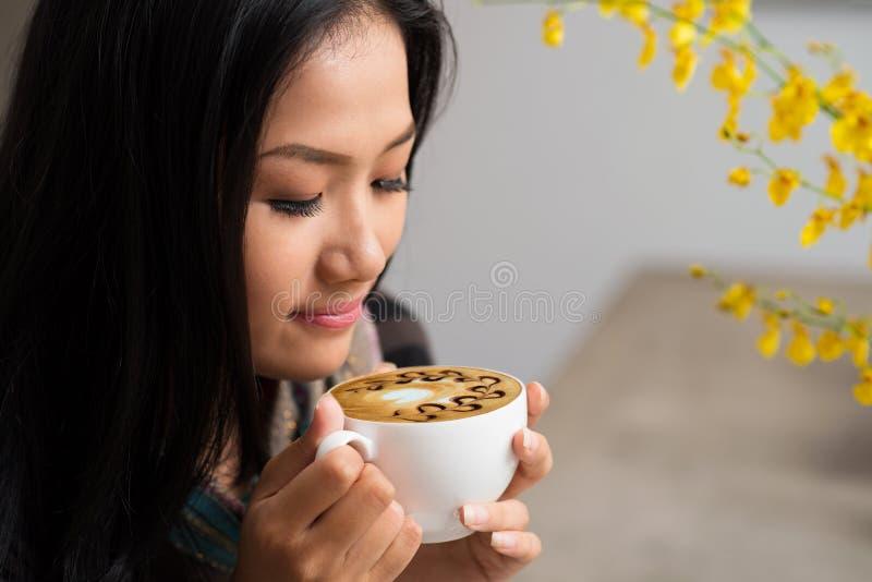 Apprécier le cappuccino photo stock