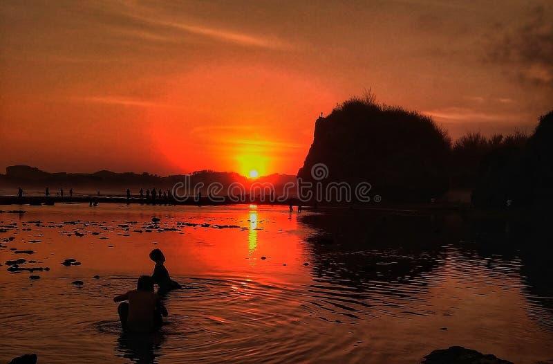 Apprécier le coucher du soleil images libres de droits