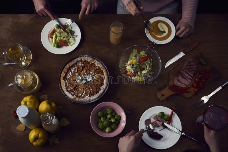 Apprécier le dîner avec des amis Vue supérieure du groupe de personnes ayant images libres de droits