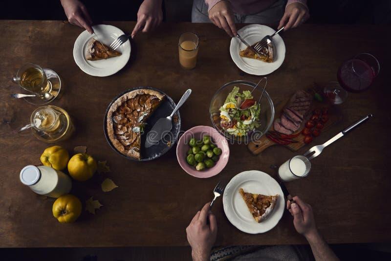 Apprécier le dîner avec des amis Vue supérieure du groupe de personnes ayant image libre de droits