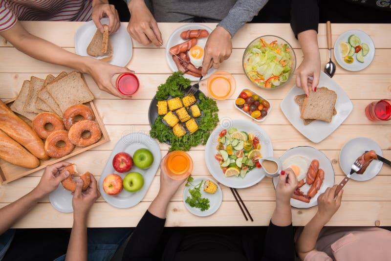 Apprécier le dîner avec des amis Vue supérieure du groupe de personnes havin photos libres de droits