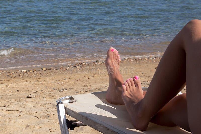Apprécier le jour ensoleillé et le repos sur la plage photographie stock libre de droits