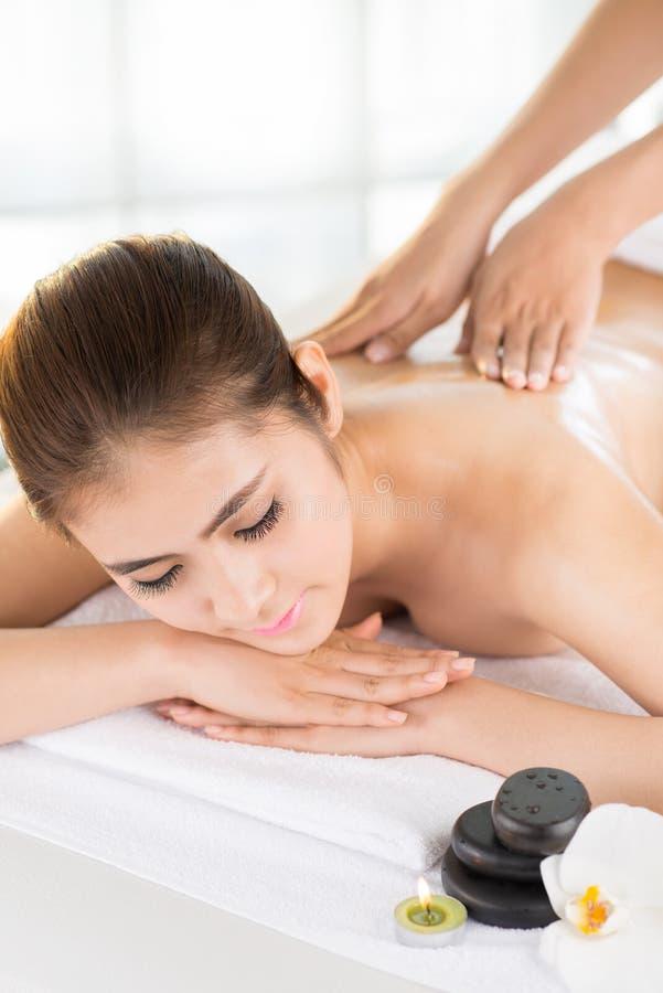 Apprécier le massage arrière photographie stock