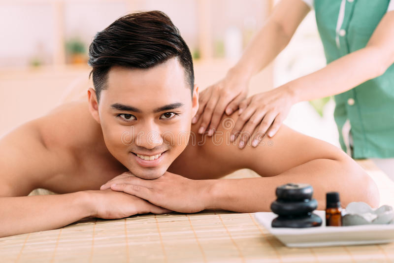 Apprécier le massage arrière images libres de droits