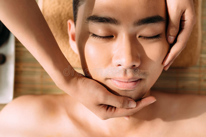 Apprécier le massage facial image stock