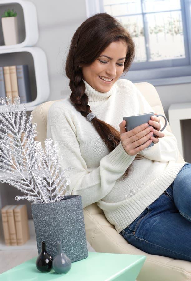 Apprécier le thé chaud à l'hiver photo stock