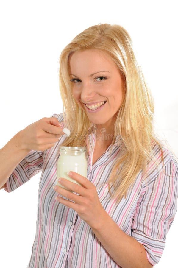 Apprécier le yaourt photographie stock libre de droits