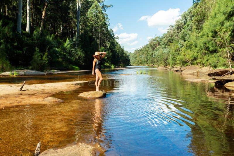 Apprécier les eaux tranquilles des montagnes bleues de rivière de Grose photographie stock libre de droits