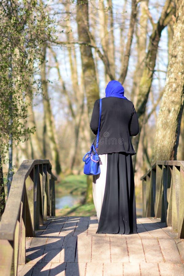 Apprécier musulman de femme extérieur photo libre de droits