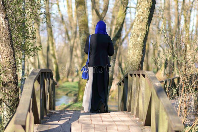 Apprécier musulman de femme extérieur images stock