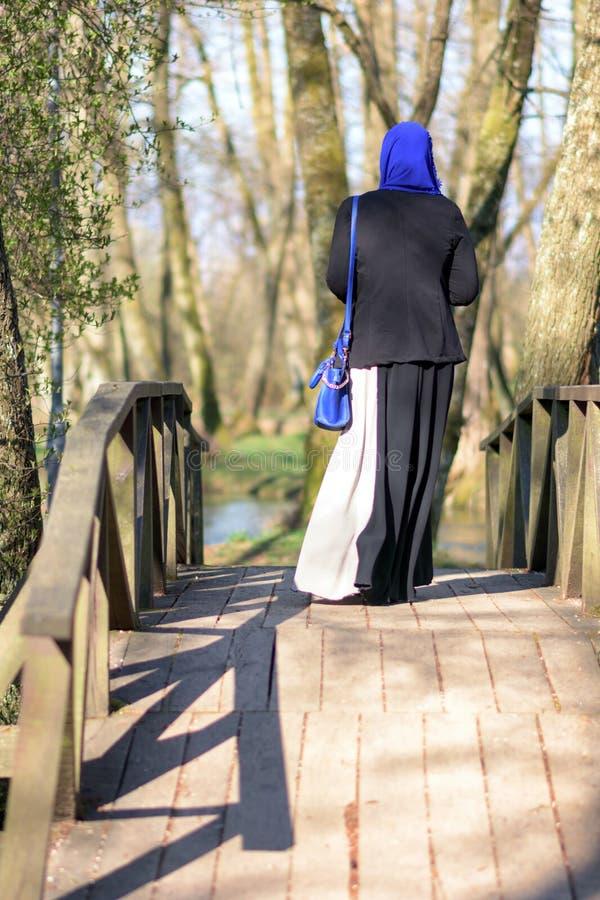 Apprécier musulman de femme extérieur image libre de droits