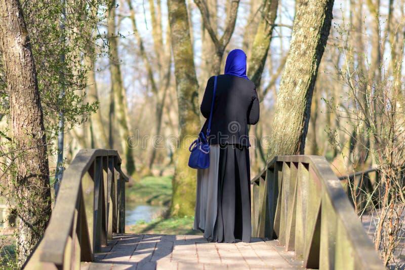 Apprécier musulman de femme extérieur images libres de droits
