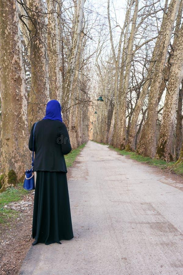 Apprécier musulman de femme extérieur photo stock