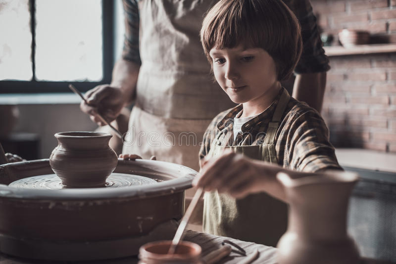 Apprécier sa classe de poterie photographie stock