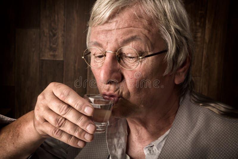 Apprécier une boisson photographie stock