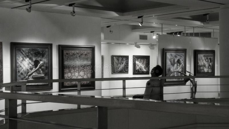 Appréciez l'art dans le hall de galerie photographie stock